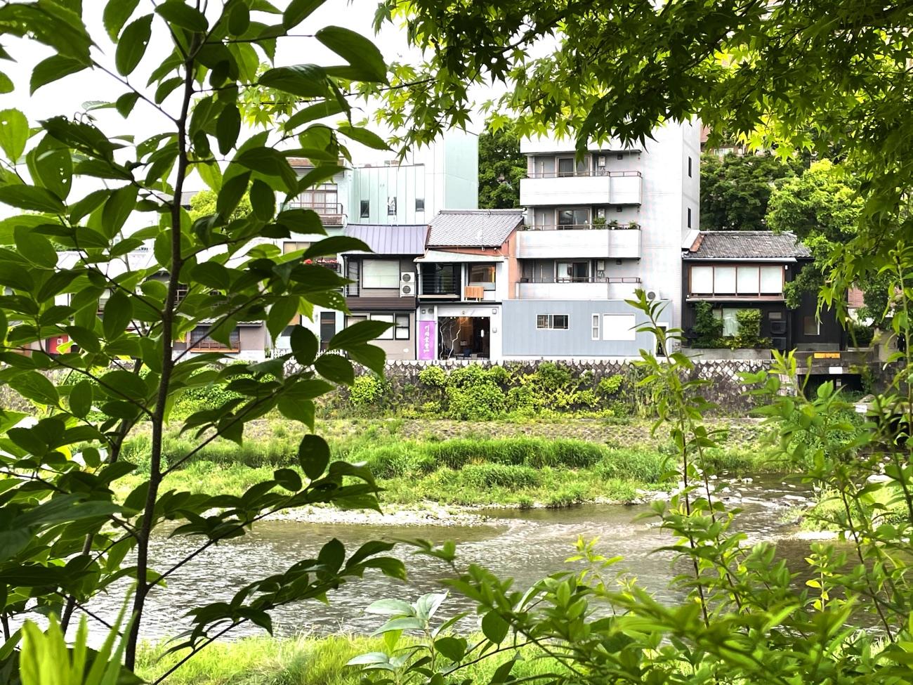 鴨川の対岸から見た「川間食堂」