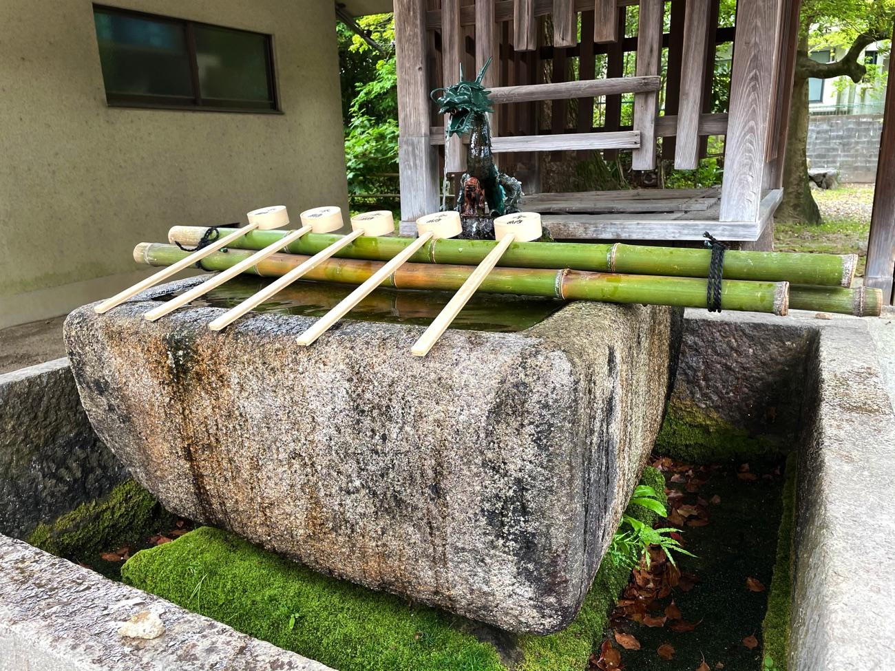 手水鉢と台石
