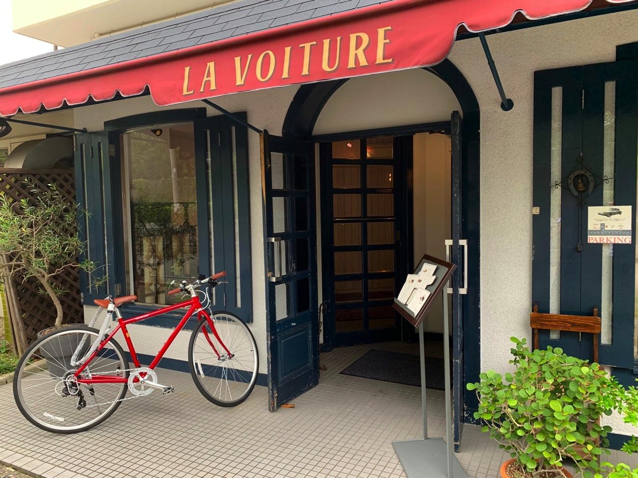 フランス語で「LA VOITURE」と書かれている