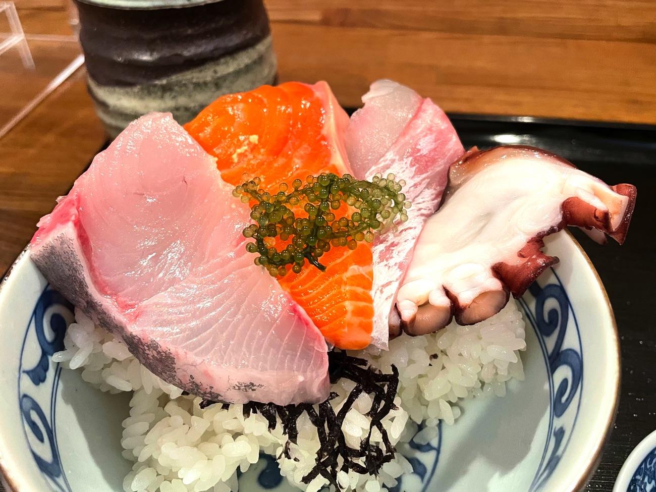 ボリュームたっぷりの海鮮丼