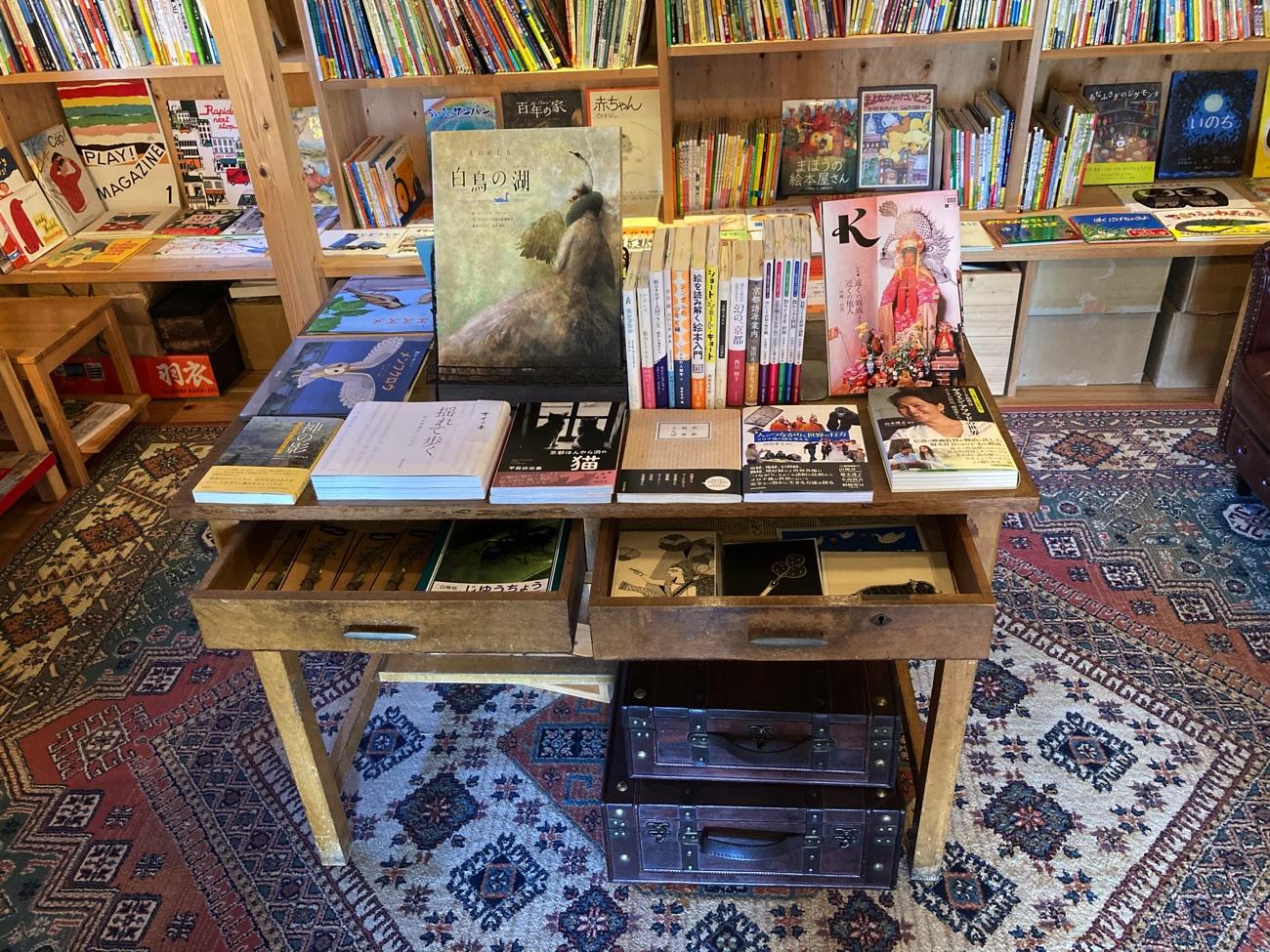 京都の出版社の本が並ぶ