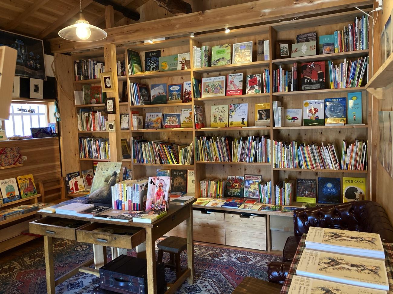 おしゃれな店内には絵本がたくさん!