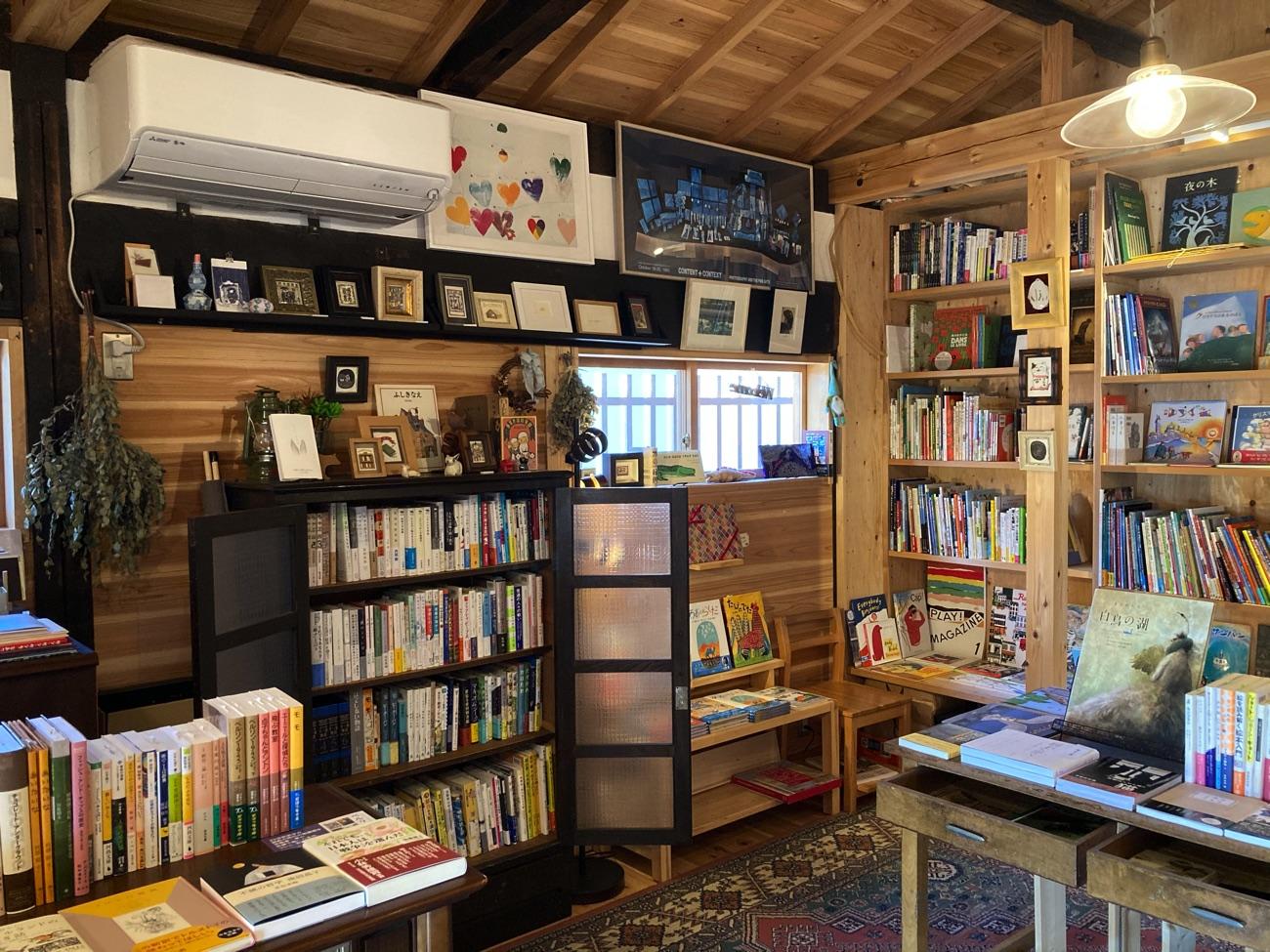 本棚にはたくさんの絵本が並ぶ