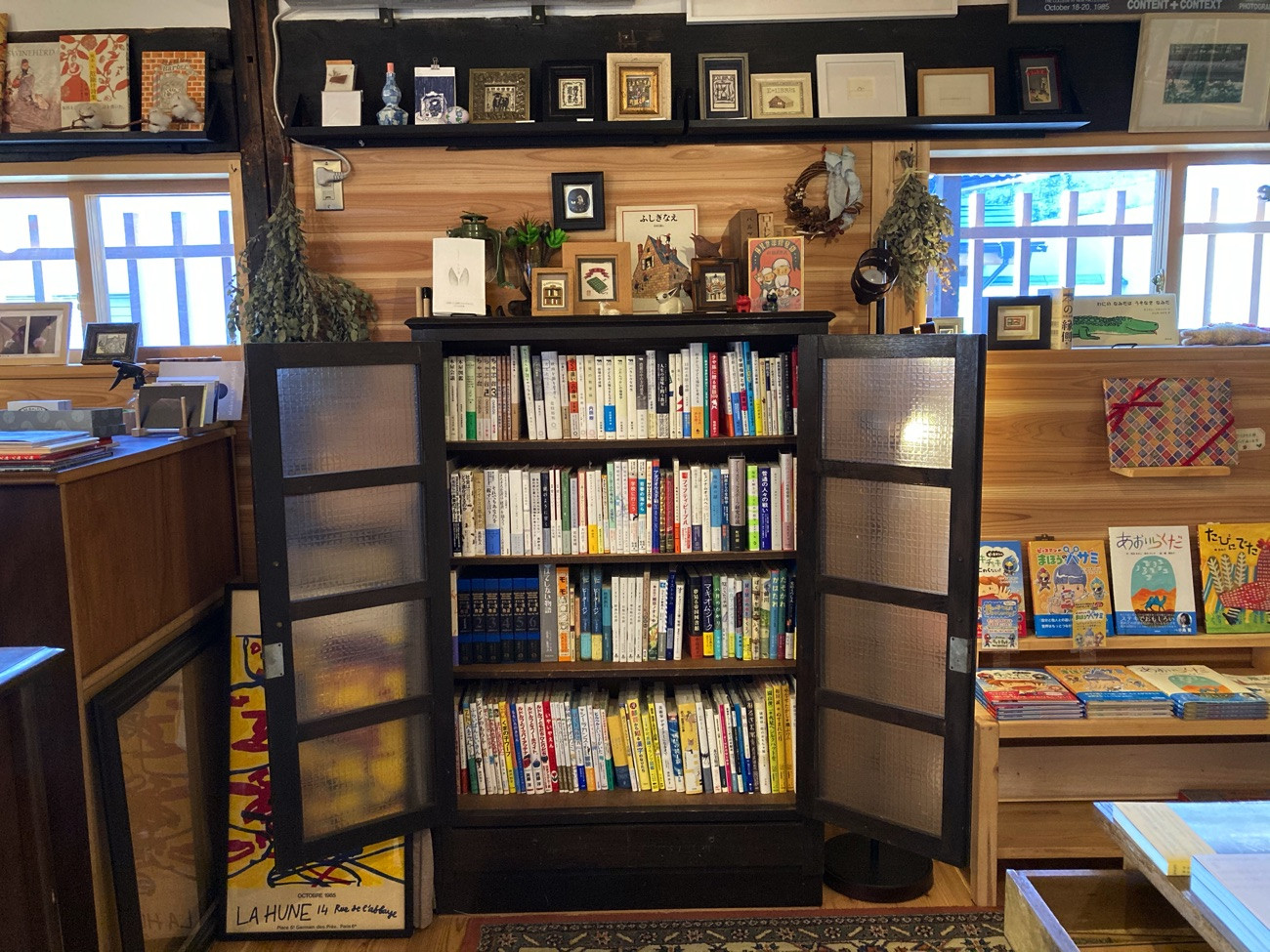 物置きに残されていたという本棚