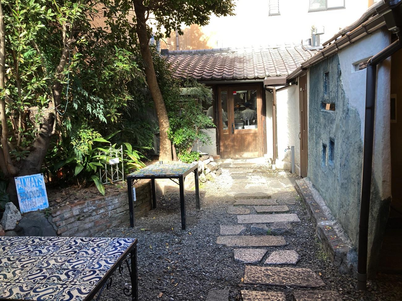 中庭と菓子工房