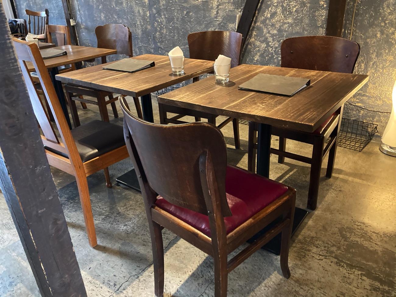 レトロな雰囲気のテーブル席