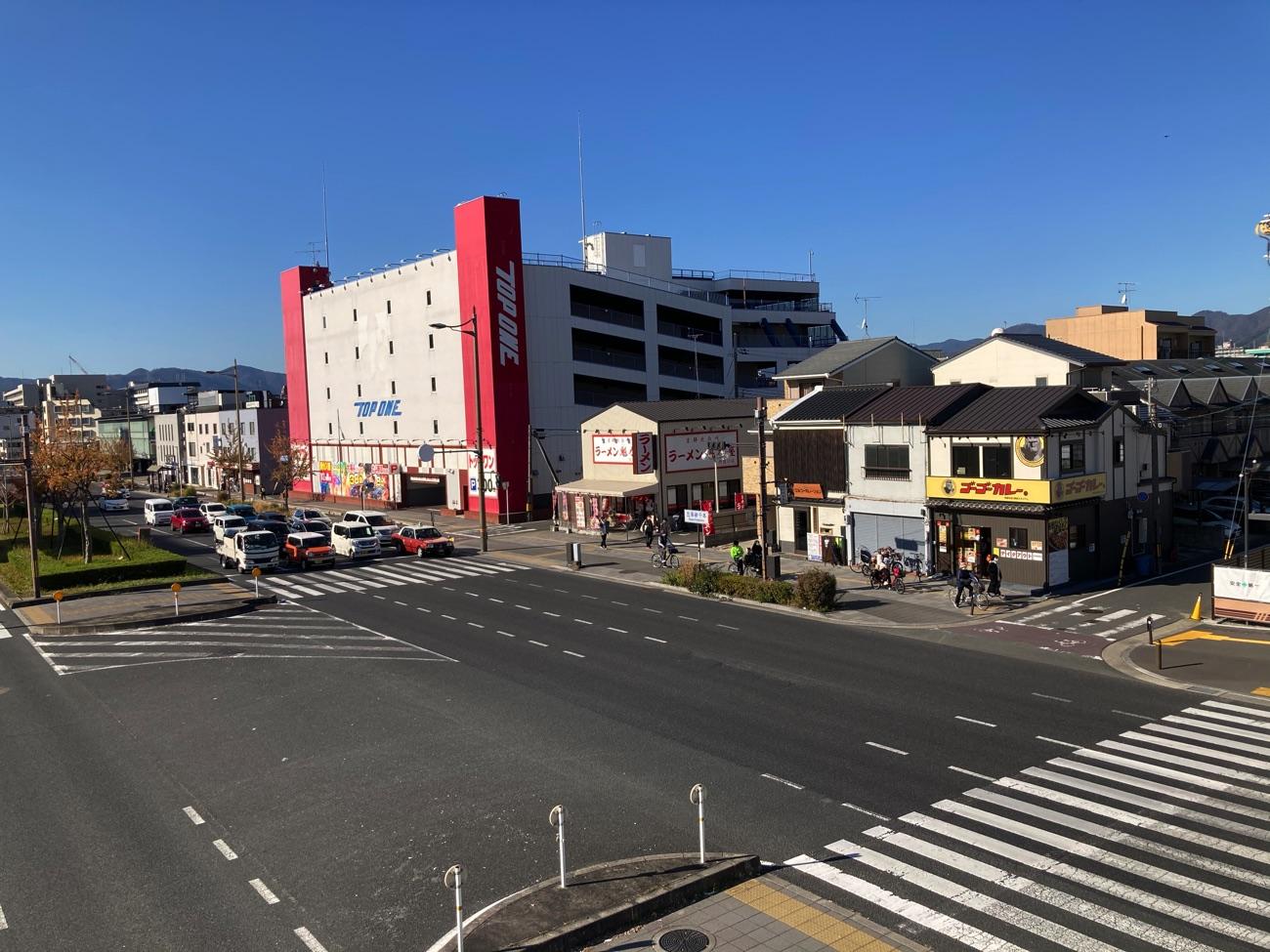 歩道橋から見た「ゴーゴーカレー 京都丹波口駅前スタジアム」