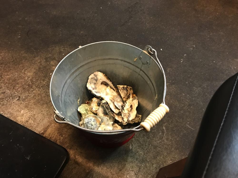 殻はテーブルの下のバケツに捨てる