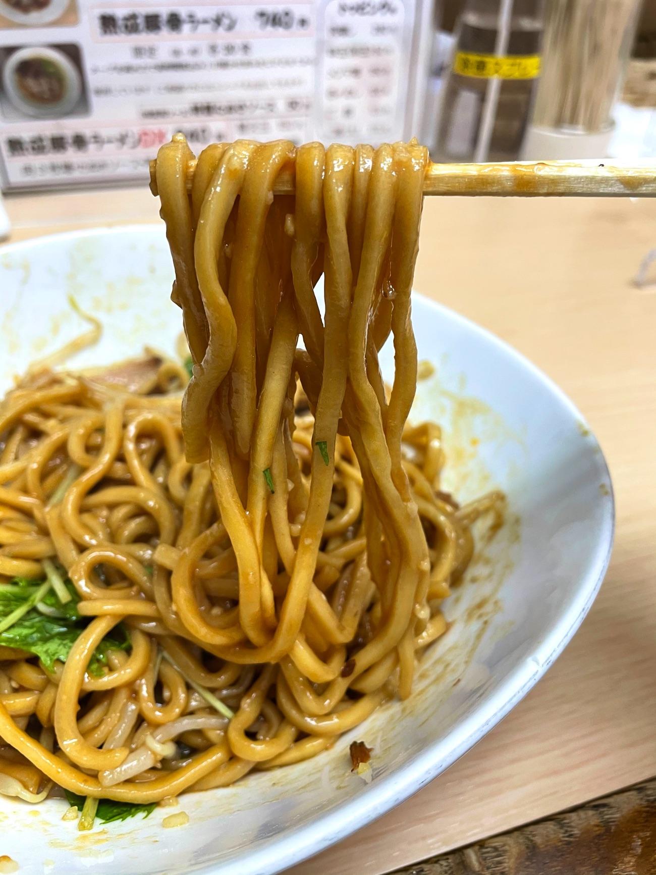 太麺に甘辛のタレがからむ!