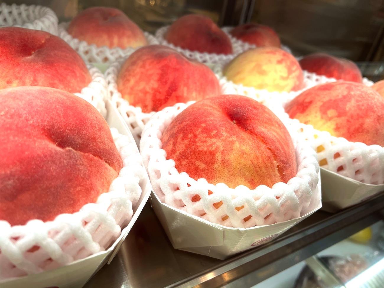 ショーケースに並ぶ桃