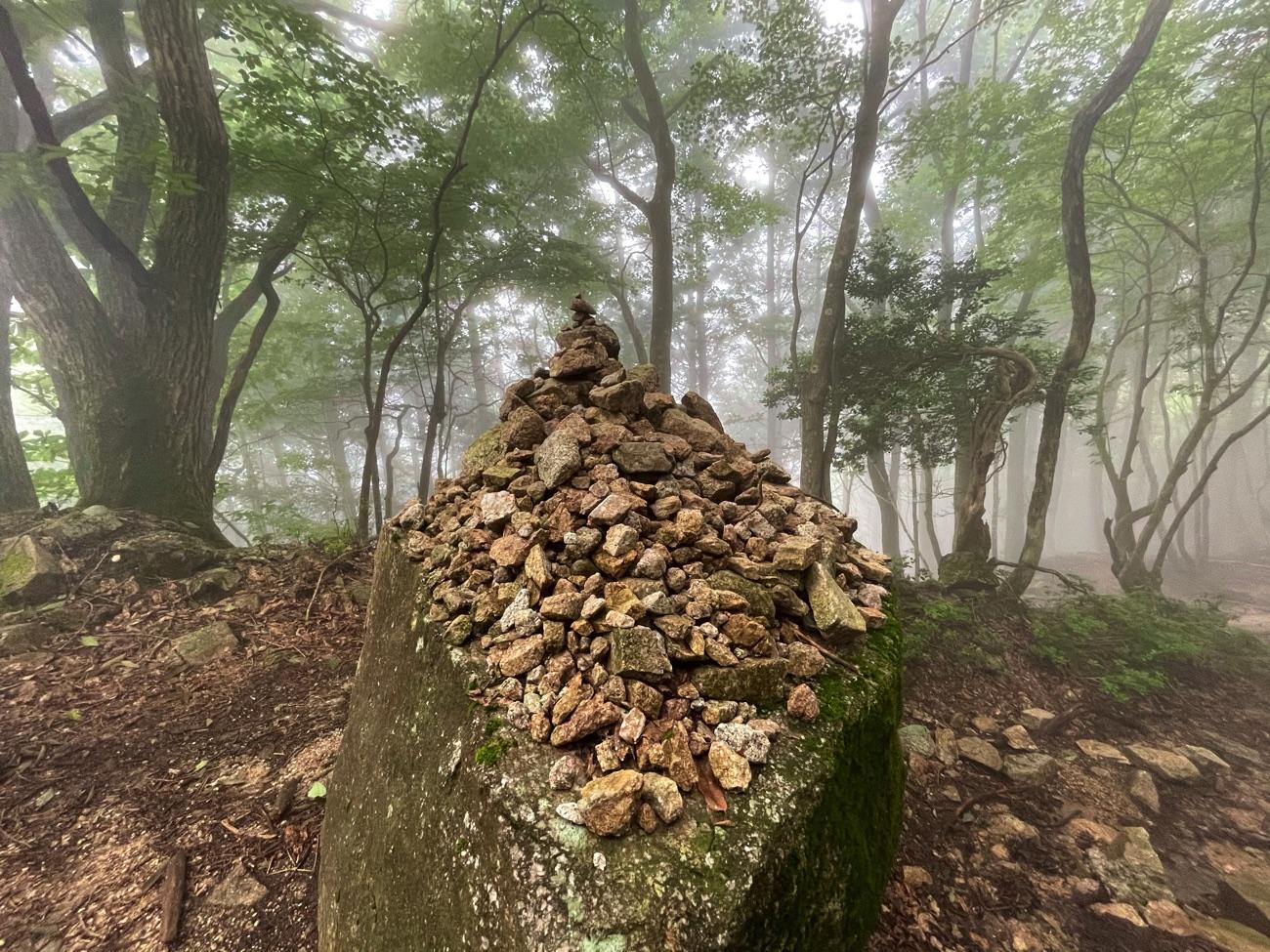 たくさん積み上げられた石