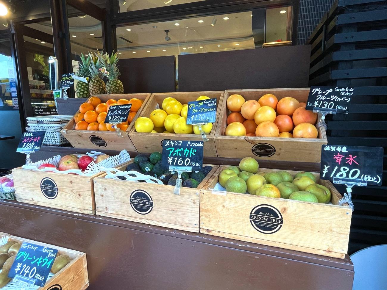店頭にフルーツが並ぶ