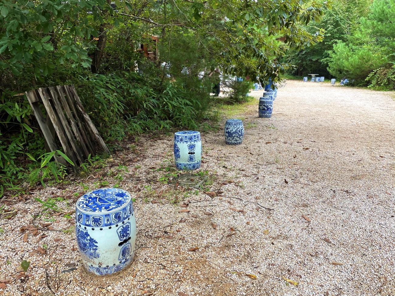 陶器のイスが並ぶ
