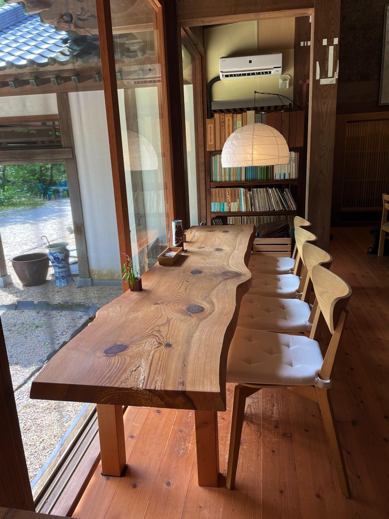 窓側のカウンターテーブル
