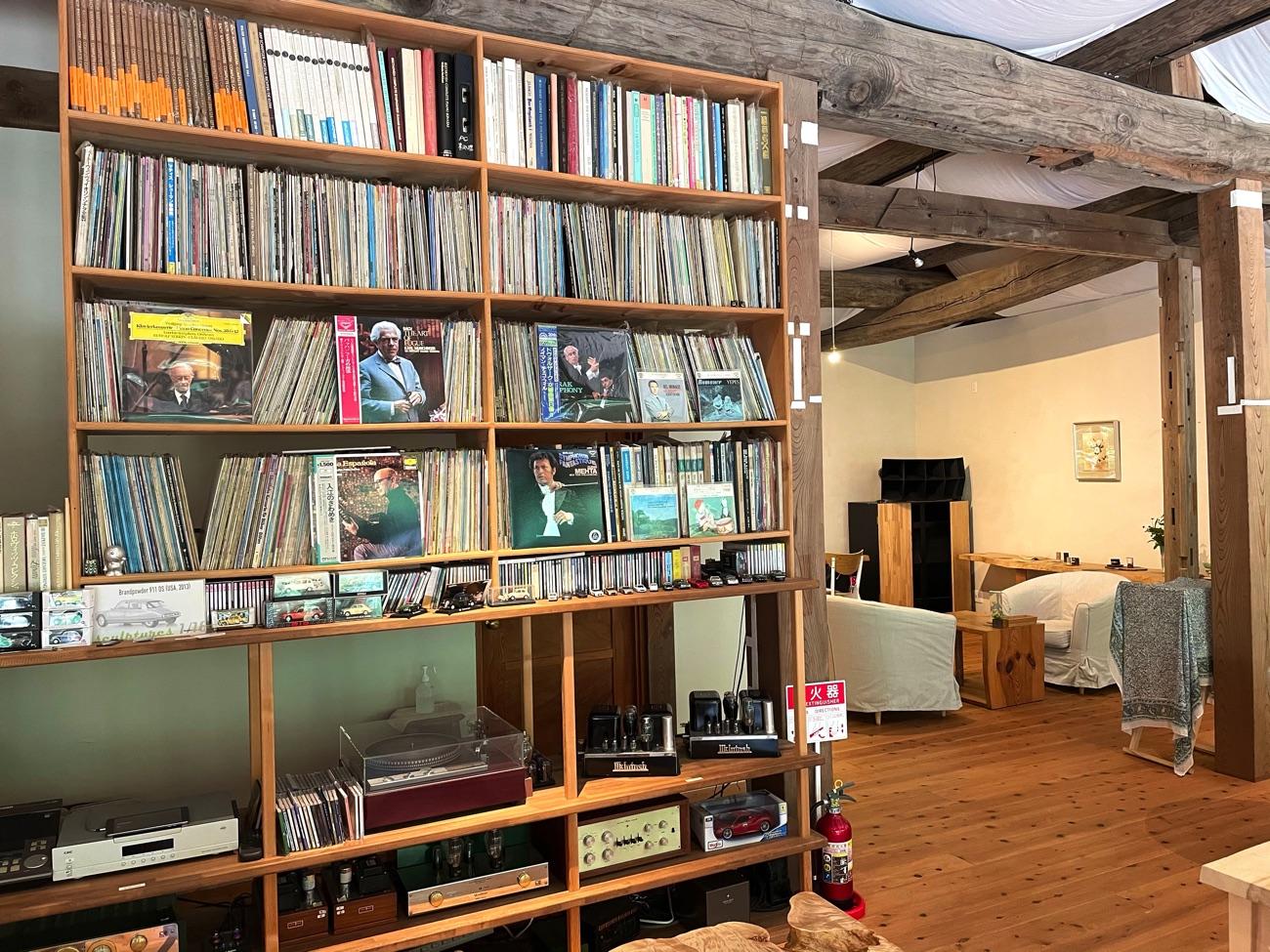 棚に並ぶレコードやミニカー