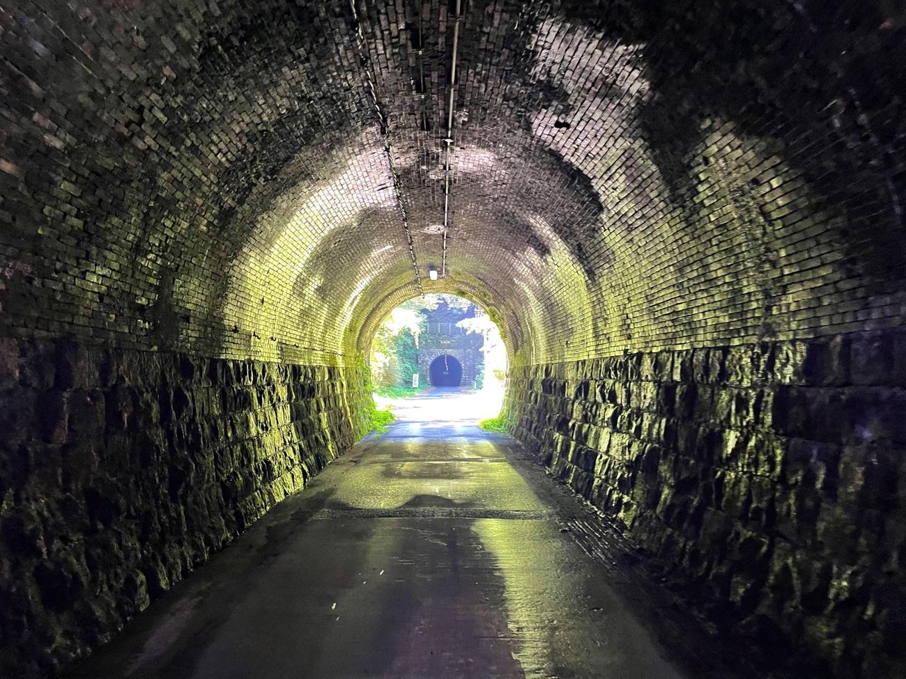 トンネルの中を歩く