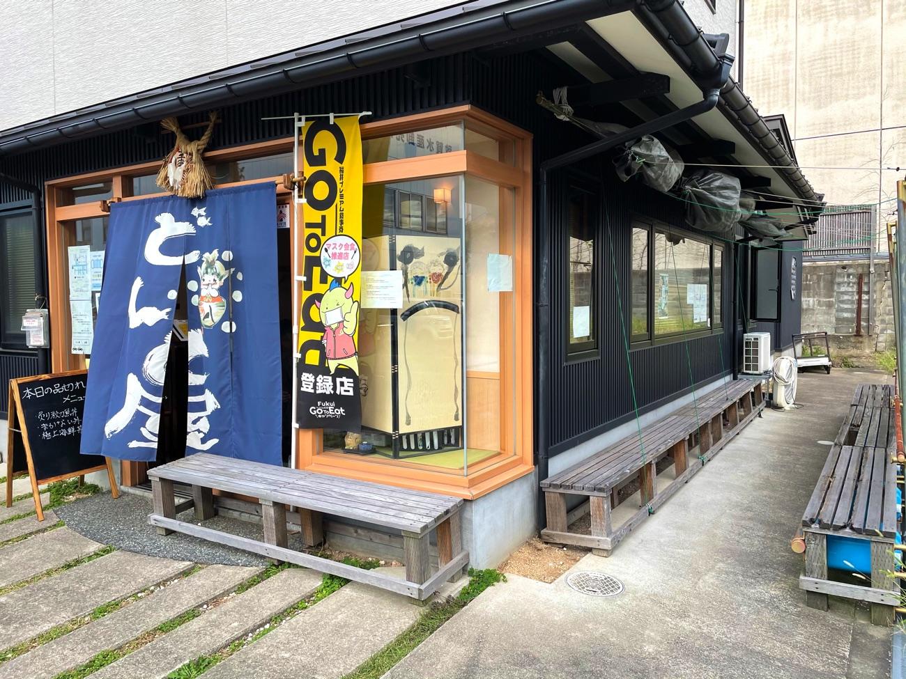 お店の横のベンチ