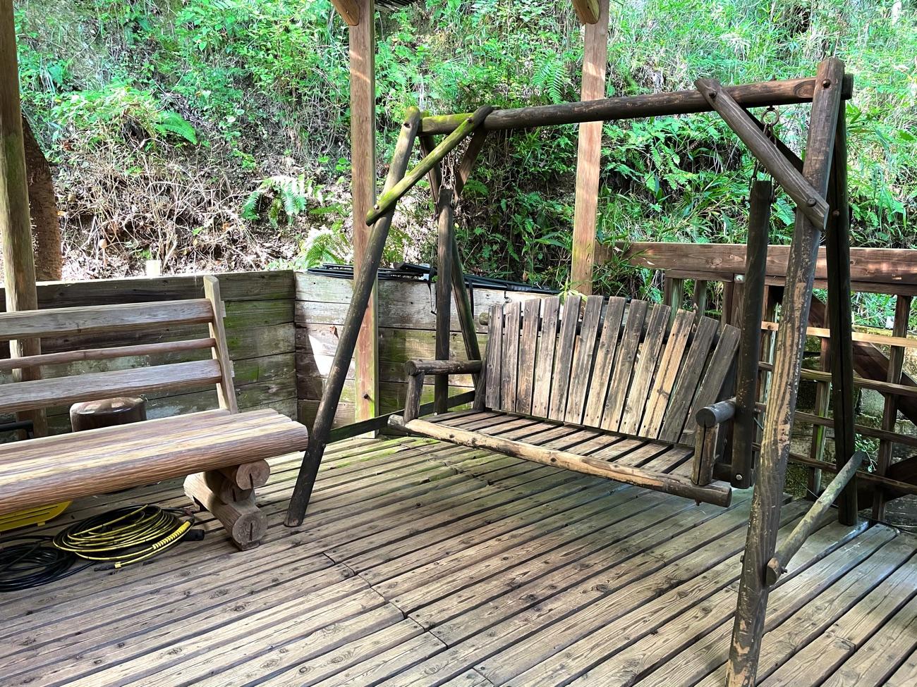 ブランコ型のベンチ