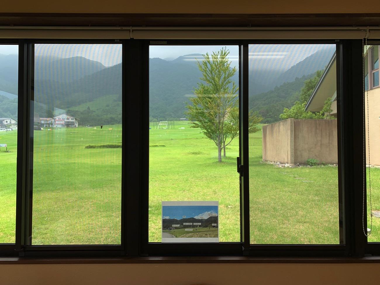 大きな窓から赤坂山が見える