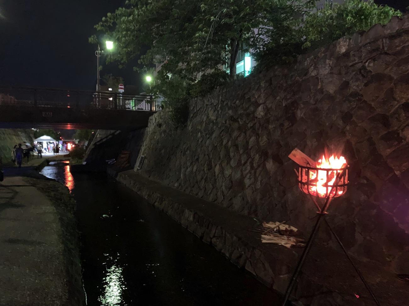 堀川を照らすかがり火