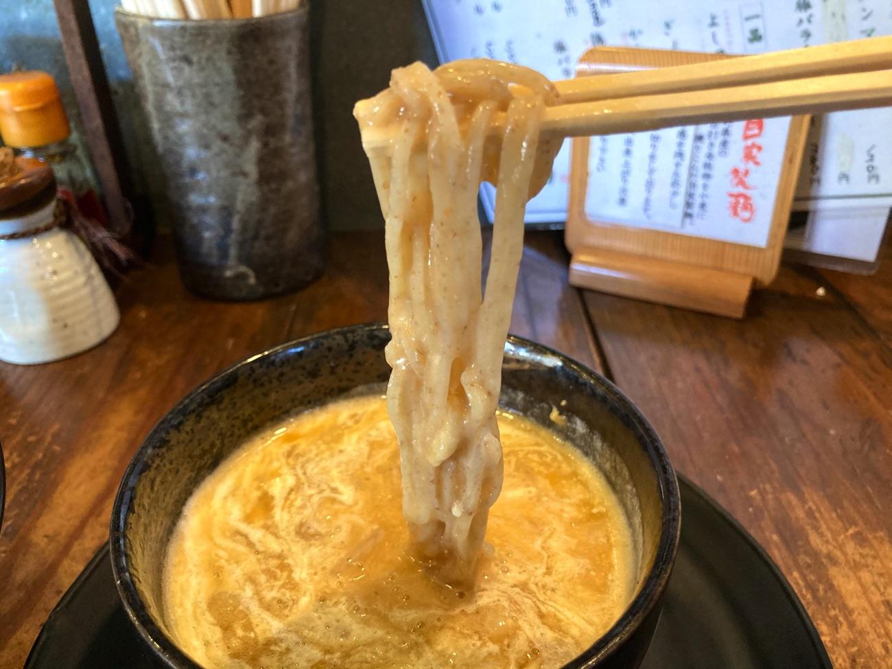 濃厚なスープが麺にからむ