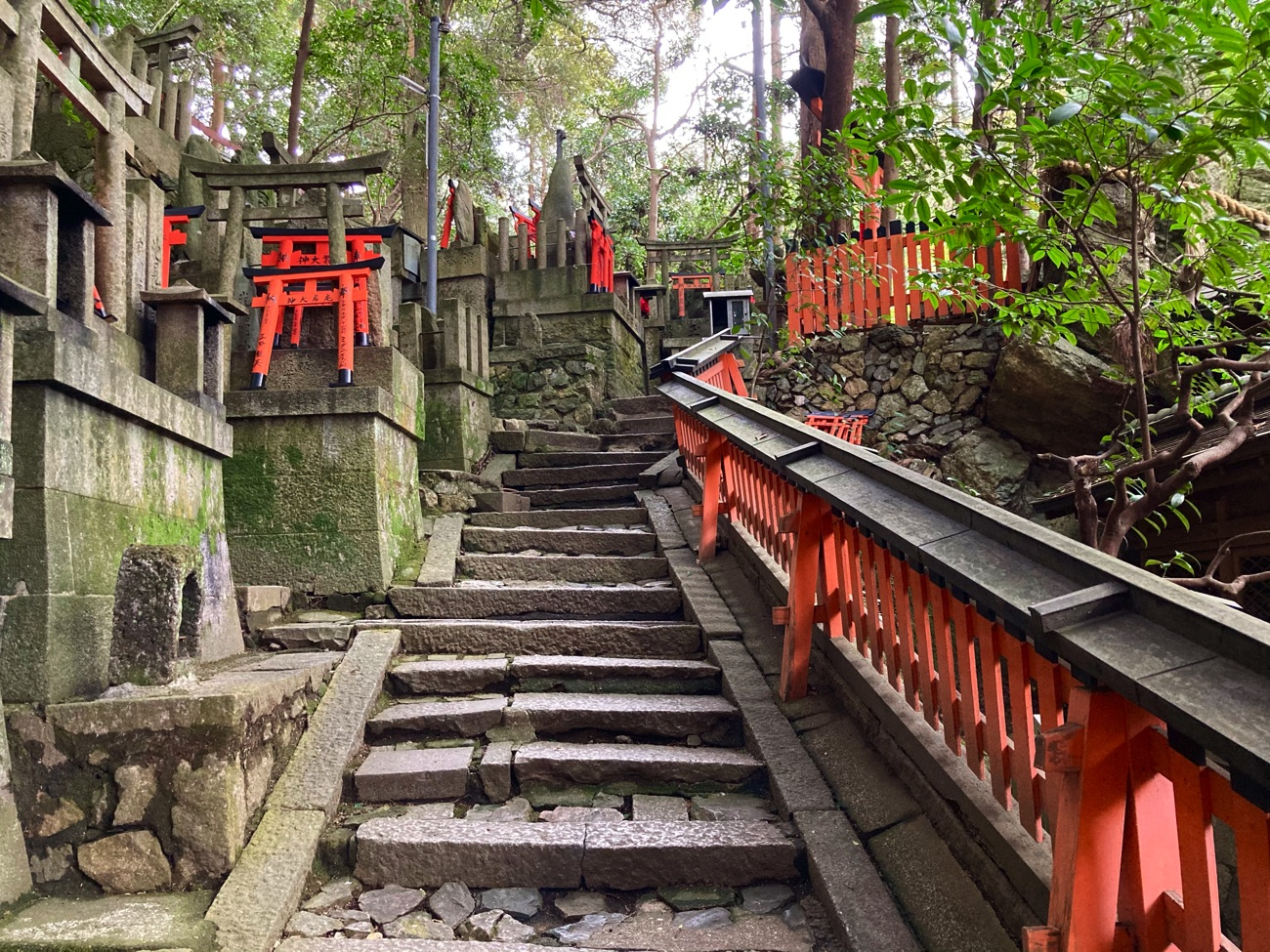 社殿の横にある階段