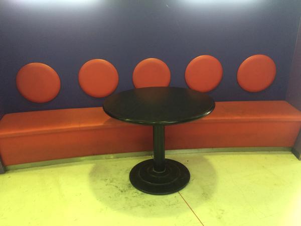 卓球コーナーのベンチとテーブル