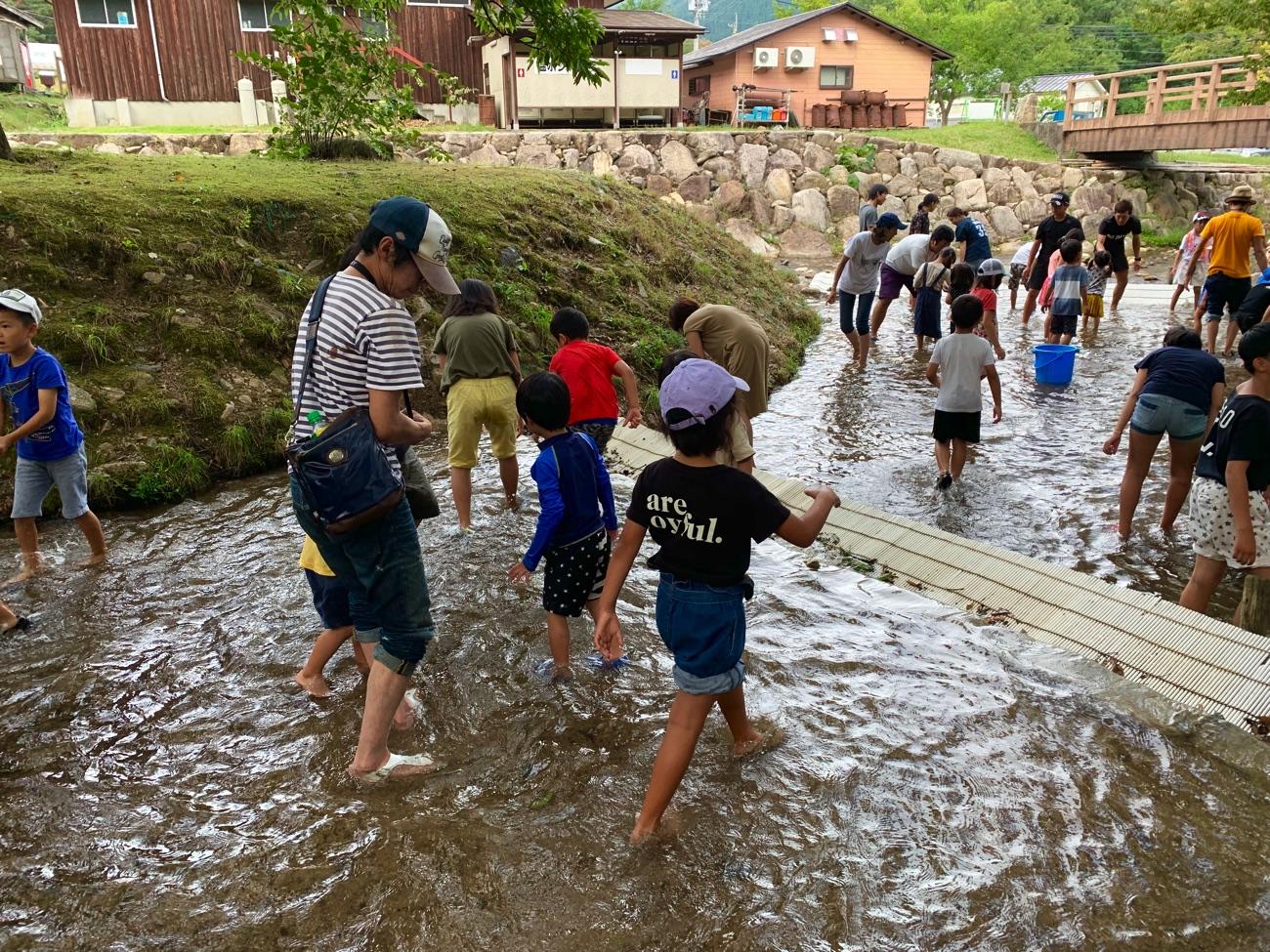 魚つかみ体験の参加者は園児〜小学生が多い