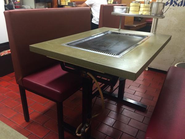 すべてのテーブルに鉄板がついている