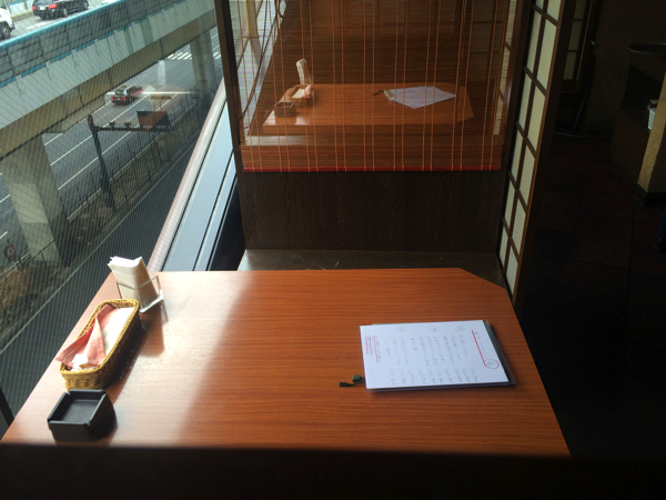 「韓杯」のテーブル席