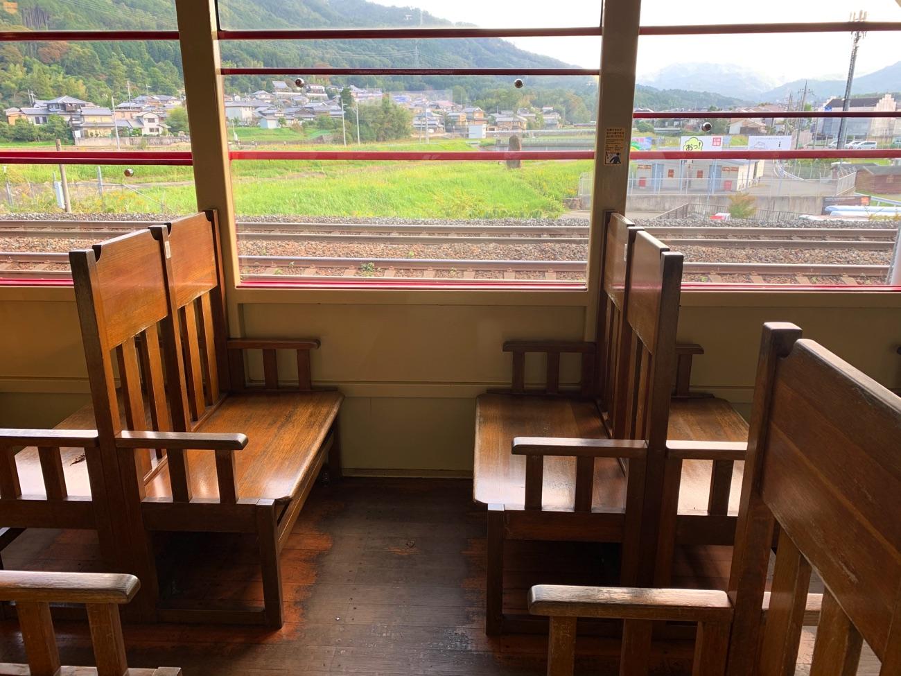 トロッコ列車の座席