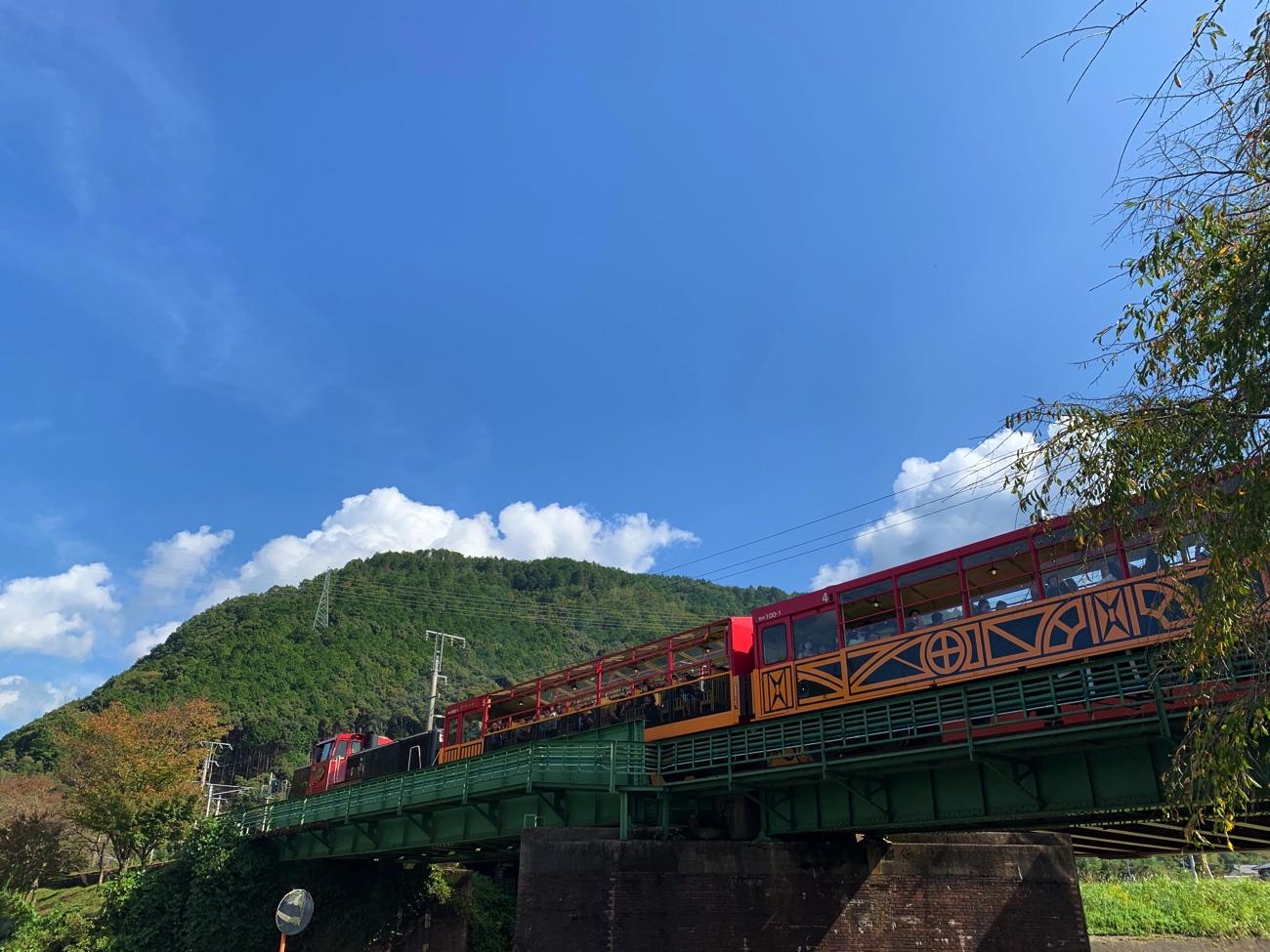 嵐山・嵯峨へ向かって発車