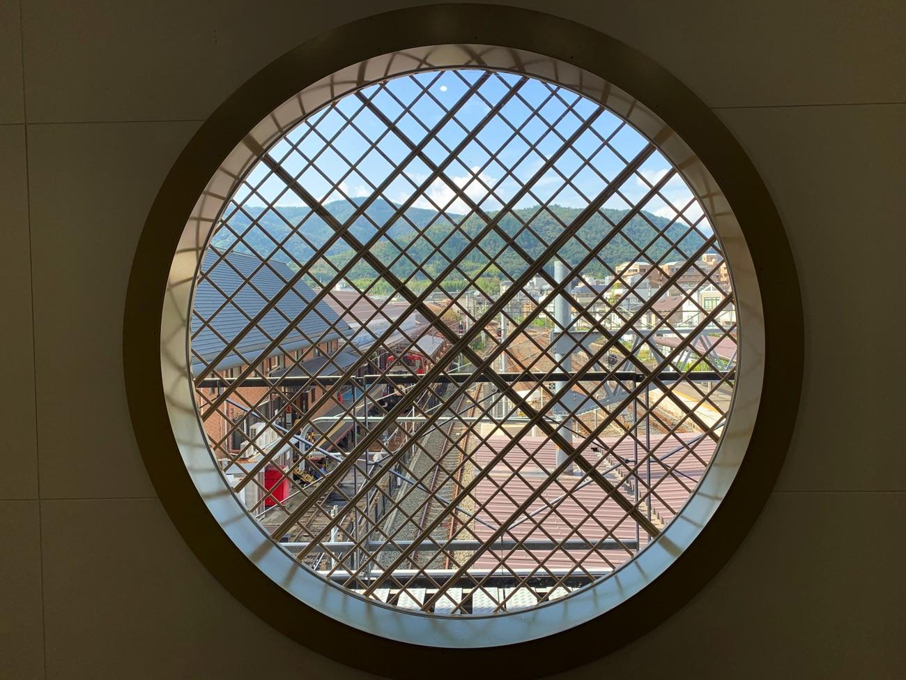 丸窓からトロッコ列車が見える