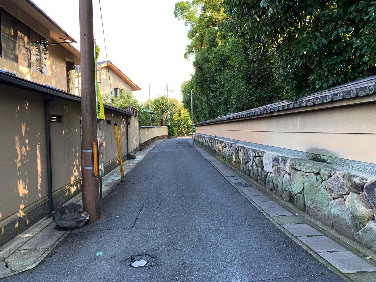 閑静な住宅街を歩いて行く