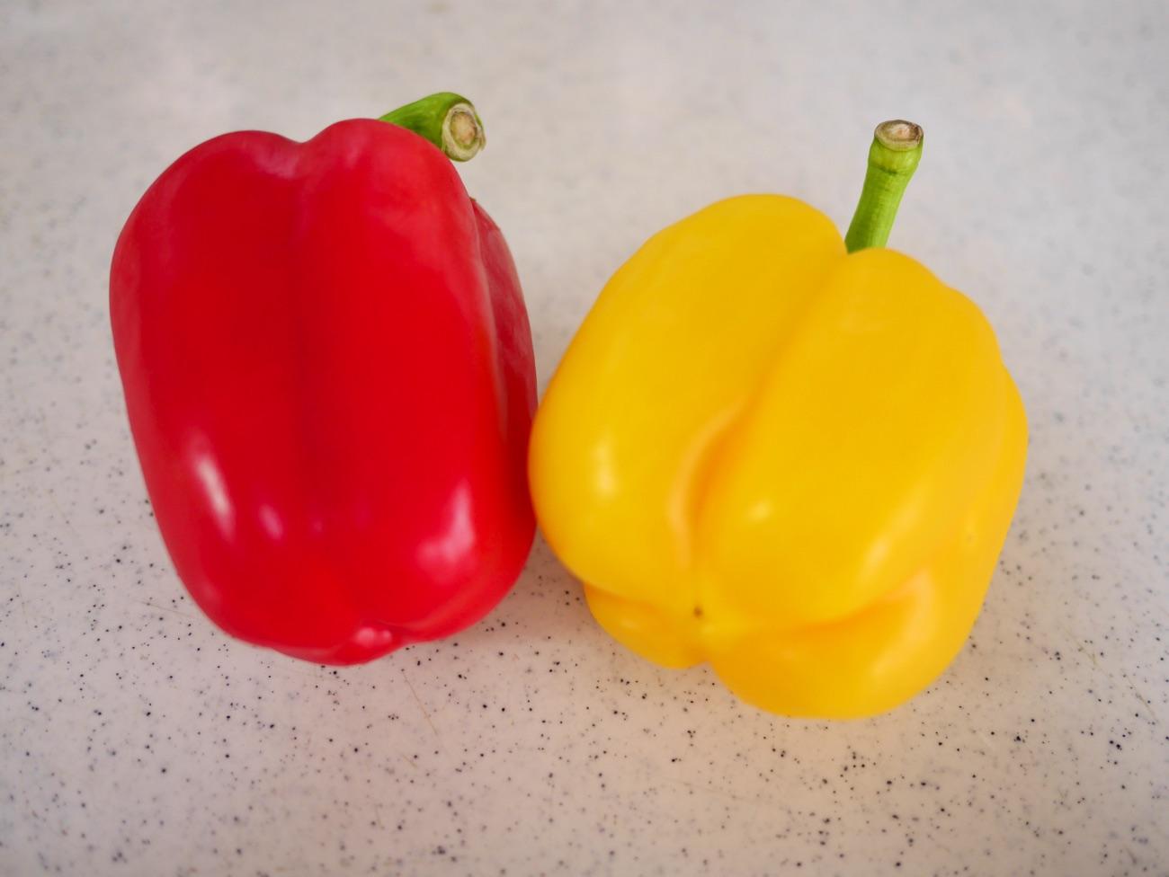 赤色と黄色のパプリカ