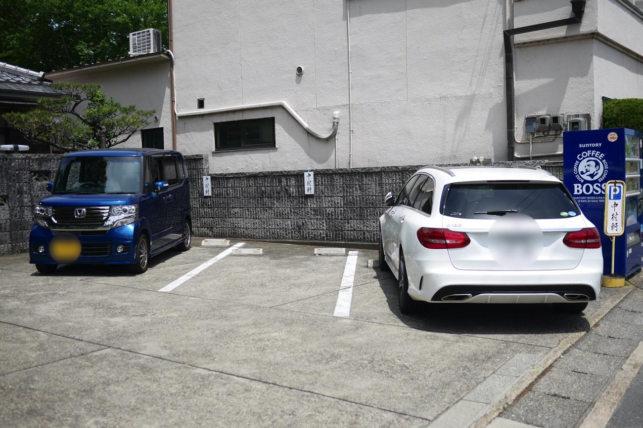 お店の向かいの駐車場