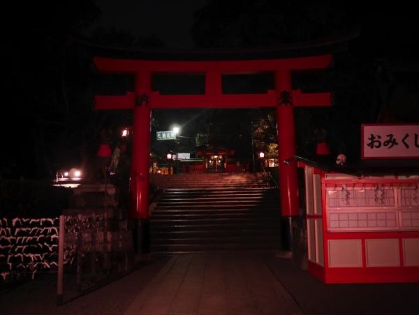 千本鳥居へは階段を上って右へ