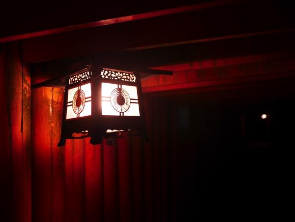 千本鳥居を照らす電灯
