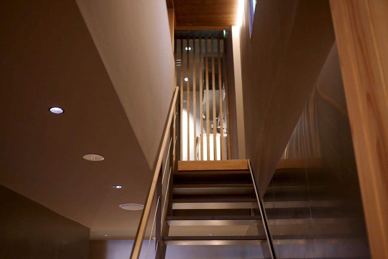 カフェスペースへは階段を上がる