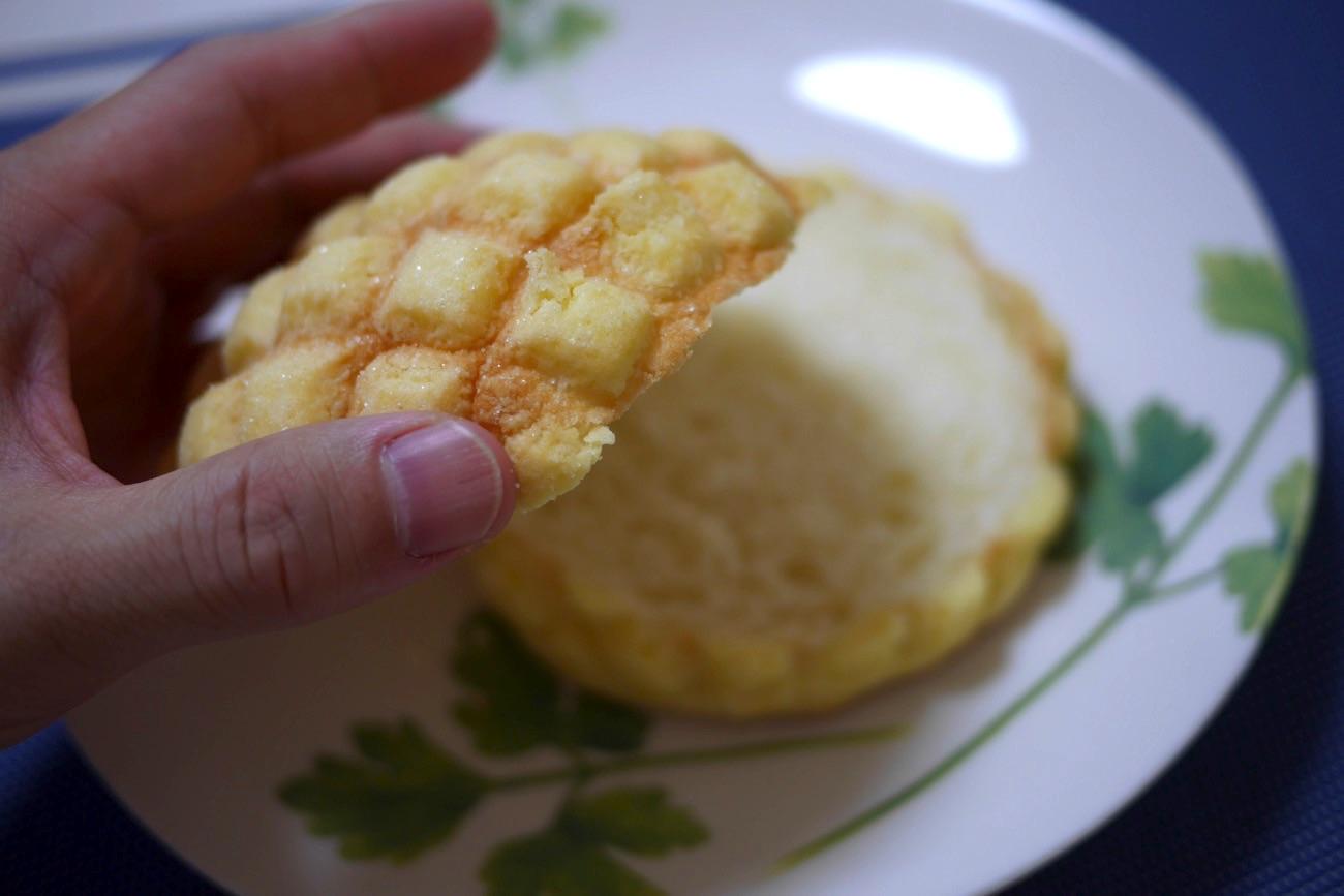 メロンパンを2つにカット