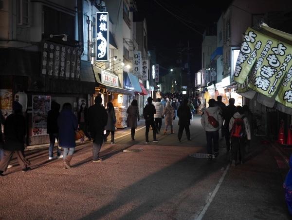 伏見稲荷駅から初詣へ向かう人たち