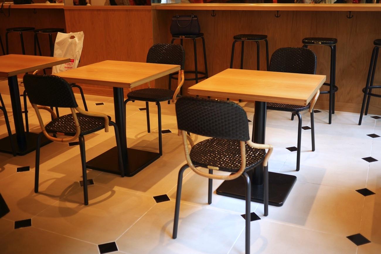 テーブルの間隔は30cmほど