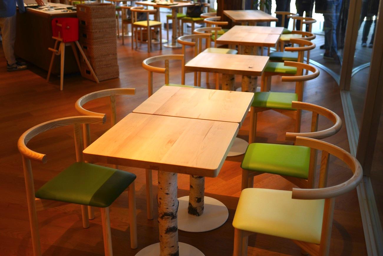 テーブルの脚には白樺の木が使われている