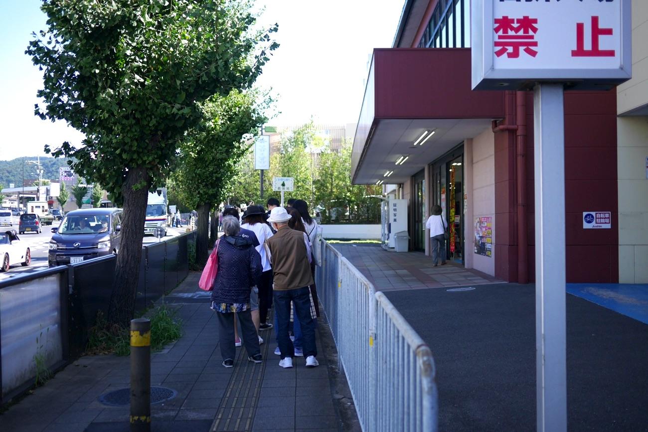 物販の行列の最後尾はJoshinまで延びていた!