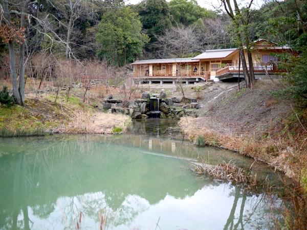 八島ヶ池(お産婆池)のほとりにオープン!
