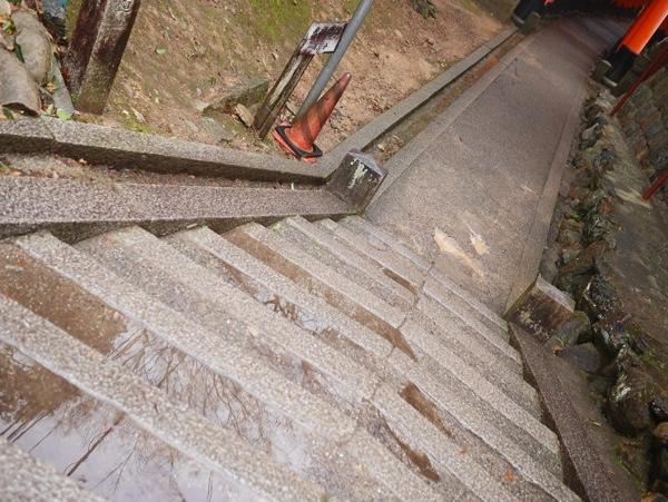 濡れた階段に注意!