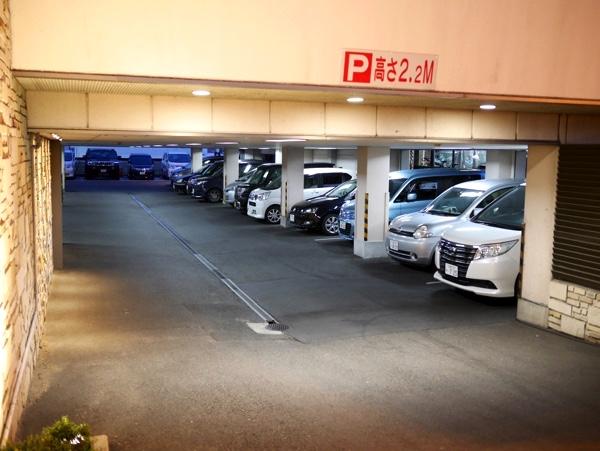 店舗の下にある駐車場