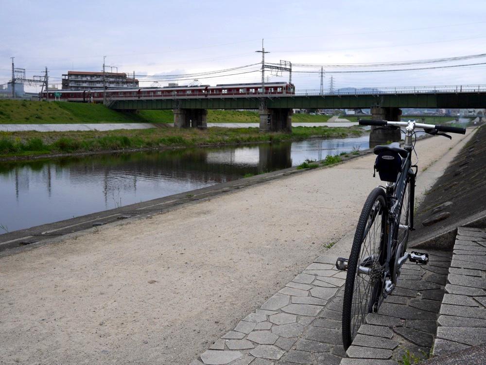前方には近鉄京都線が見えている