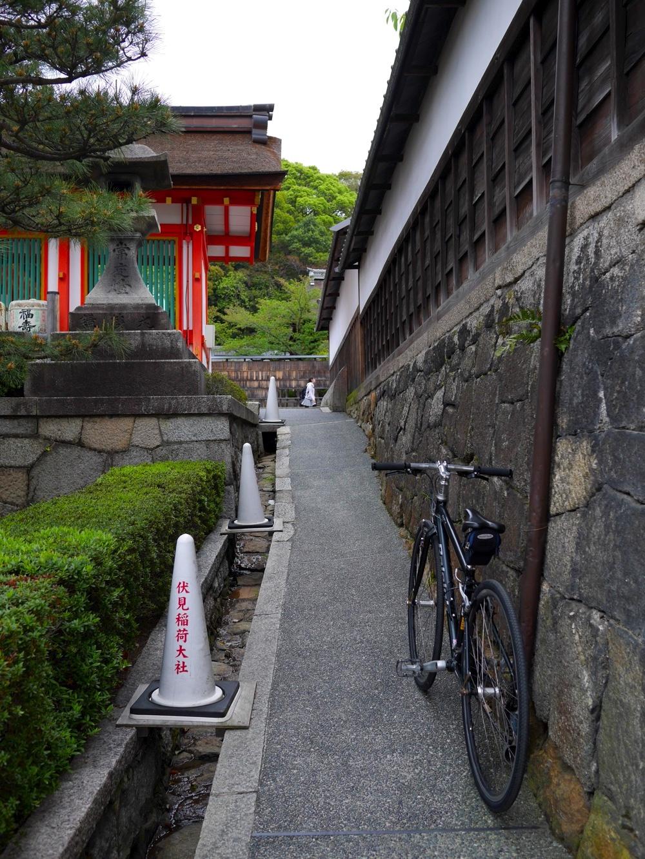 楼門の南側の細い道を通る