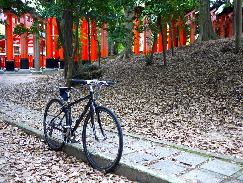 伏見稲荷大社の千本鳥居とクロスバイク